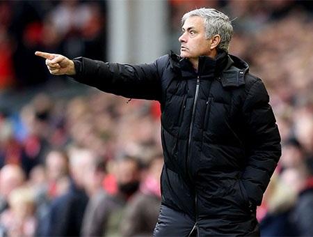 Mourinho chỉ đạo liên tục bên ngoài đường biên