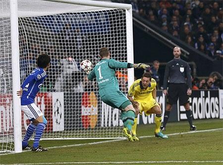 Hàng thủ của Schalke đã quên không theo kèm đội trưởng của đội khách
