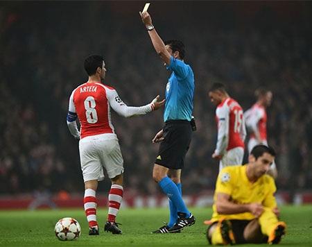 Các cầu thủ Arsenal chia vui với Sanogo