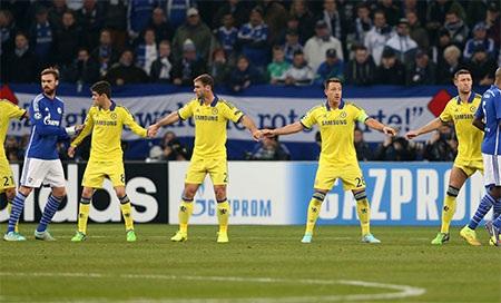 Các cầu thủ Chelsea giăng ngang để tổ chức phòng thủ trong một tình huống đá phạt