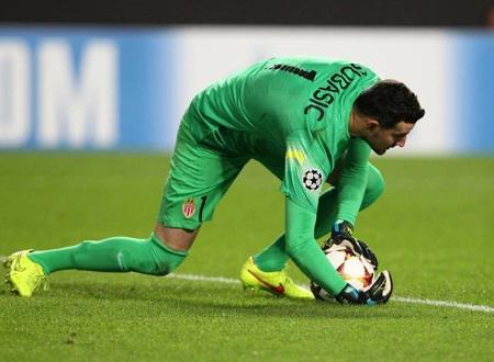 Thủ thành Subasic tỏa sáng rực rỡ trước Leverkusen