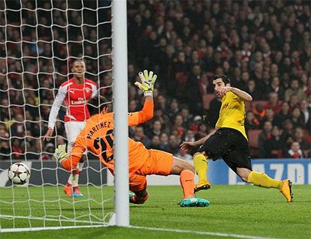 Wenger đăm chiêu bên sân cỏ dù Arsenal đã vượt lên dẫn trước