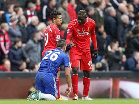 Trận đấu không thiếu những pha vào bóng quyết liệt, trong ảnh Balotelli lời qua tiếng lại với Terry