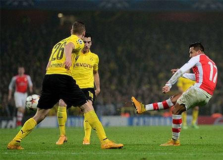 Sanchez dứt điểm đẹp mắt ghi bàn nâng tỉ số lên 2-0