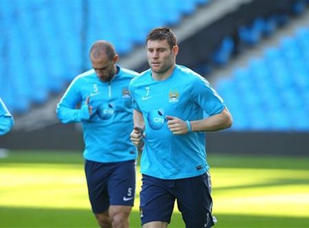 Milner tranh bóng với đồng đội