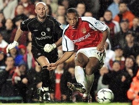 Henry đứng đằng sau Zidane, Anelka khi ăn mừng chiến thắng tại Euro 2000