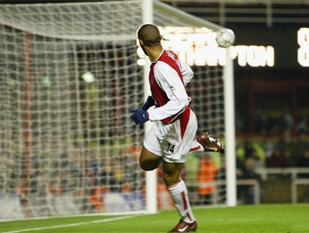 Tháng 5 năm 2002, Henry ăn mừng chiếc cúp FA sau khi đội bóng của anh vượt qua Chelsea