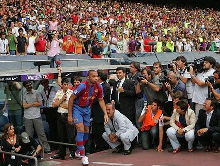 Tháng 7/2007: Hàng nghìn người có mặt để đón chào Henry tới Nou Camp