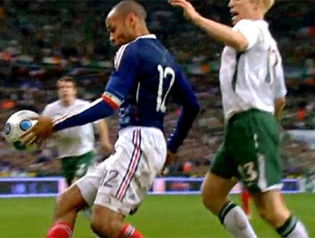 Henry ăn mừng danh hiệu vô địch châu Âu đầu tiên ở cấp CLB sau khi đội bóng của anh thắng MU