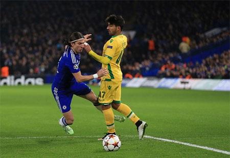 Sự khôn ngoan của Luis đã đem về quả penalty sớm cho Chelsea