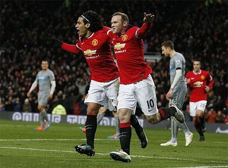 Rooney ăn mừng bàn thắng cùng Falcao
