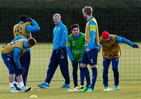 Thầy trò Wenger đang tích cực tập luyện trước khi sang Thổ Nhĩ Kì