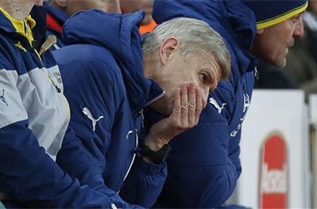Wenger đang chịu nhiều sức ép sau khi Arsenal thua Stoke