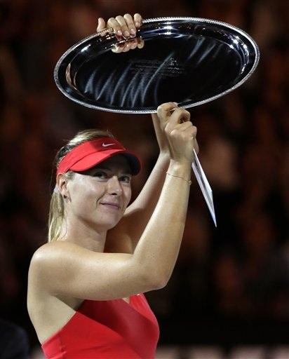 Sharapova gượng cười nhận chiếc đĩa bạc cho người về nhì