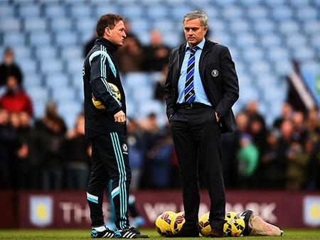 Mourinho và trợ lý nói chuyện trên sân khi các cầu thủ khởi động