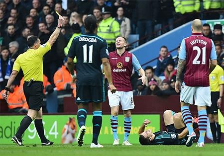 Trận đấu diễn ra quyết liệt, Cleverley nhận thẻ vàng sau tình huống vào bóng thô bạo với đối thủ