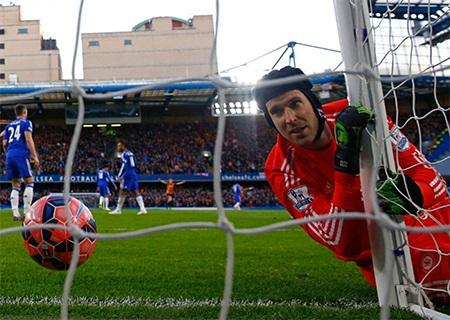 Thủ thành của Chelsea nhìn trái bóng chui vào trong lưới trong sự bất lực