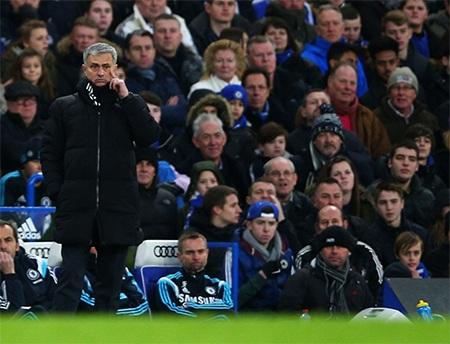 Mourinho chết lặng bên ngoài sân. Các sự thay người của ông đã phản tác dụng