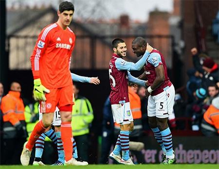 Gương mặt buồn của Courtois trong khi các cầu thủ Aston Villa rất vui mừng