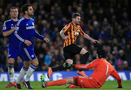 Tới phút 90+3, hàng thủ Chelsea hớ hênh để Yeates ấn định chiến thắng 4-2