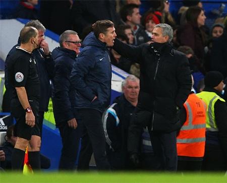 Mourinho chúc mừng đồng nghiệp sau trận đấu