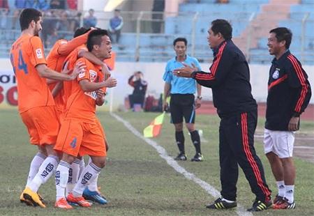 Niềm vui của các cầu thủ Đà Nẵng sau khi mở tỉ số