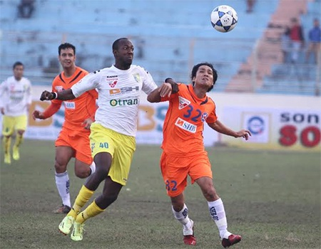 Các cầu thủ Đà Nẵng (áo màu da cam) đang rất khát điểm