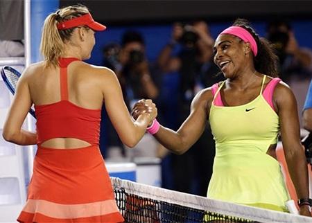 Sharapova chúc mừng đối thủ sau khi Serena giành chiến thắng