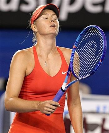 Sự thất vọng của Serena Williams sau một cú đánh hỏng