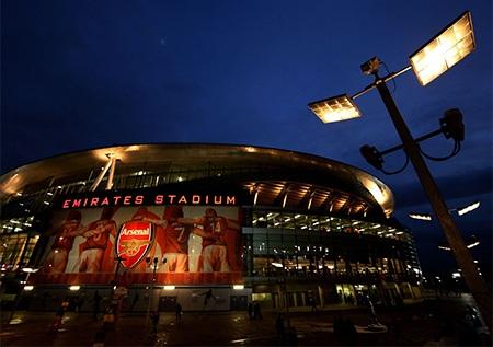 Emirates lung linh trong ánh điện đón chào trận lượt đi của vòng 1/8 Champions League