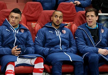 Oxlade-Chamberland, Walcott và Szcezsny trên băng ghế dự bị của Arsenal