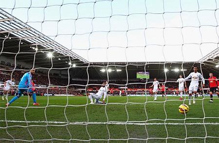 Thủ thành Fabianski đứng nhìn bóng lăn vào lưới