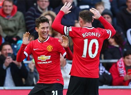 Rooney chia vui cùng đồng đội