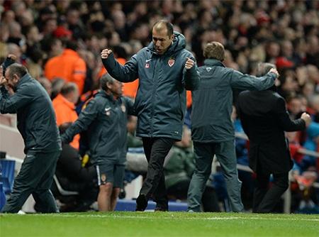 Jardim và ban huấn luyện của Monaco ăn mừng bên ngoài đường biên