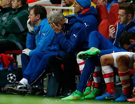 Wenger chỉ còn biết ôm mặt trước màn trình diễn nghèo nàn của học trò