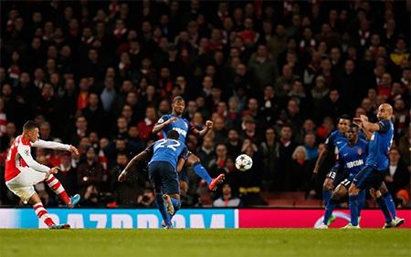 Mãi tới tận phút bù giờ thứ nhất, Oxlade-Chamberlain mới ghi bàn rút ngắn tỉ số xuống 1-2