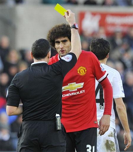 Trọng tài rút thẻ phạt cho Fellaini sau pha vào bóng thô bạo với cầu thủ đội chủ nhà