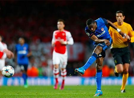 Phút 37, Kondogbia sút bóng trúng người Metersacker đổi hướng bay vào lưới mở tỉ số của trận đấu