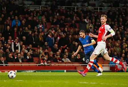 Tuy nhiên chỉ hai phút sau khi Arsenal rút ngắn tỉ số, Carrasso đã giúp đội khách ghi bàn thứ ba...