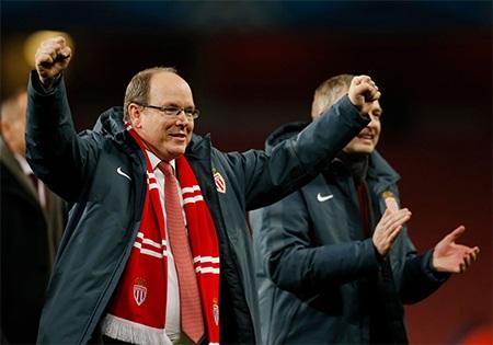 Hoàng tử Albert xuống sân ăn mừng cùng các cầu thủ Monaco sau khi trận đấu kết thúc