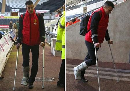 Tiền đạo người Hà Lan tập tễnh rời sân với một chiếc chân được bọc kín trong hộp bảo vệ
