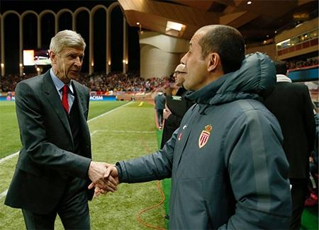HLV Wenger và Jardim bắt tay nhau trước giờ bóng lăn