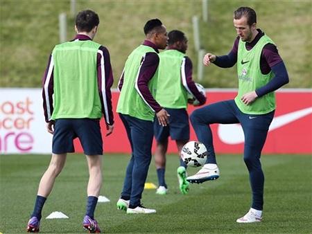 Ngôi sao trẻ của Tottenham trong bài tập chuyền bóng với đồng đội Mason