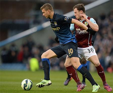 Dzeko tranh bóng cùng Baines, tiền đạo người Bosnia của Man City thi đấu rất mờ nhạt ở trận này