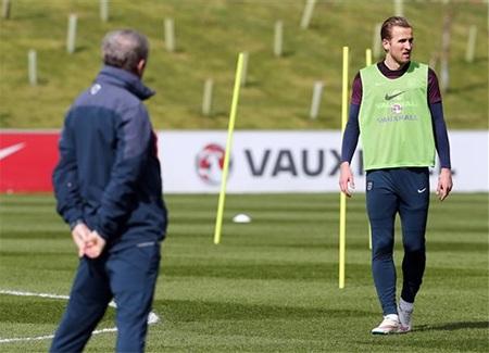 Huấn luyện viên Roy Hodgson rất hài lòng với sự thích nghi của Kane với đội tuyển