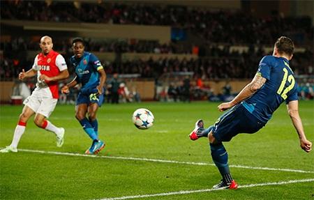 Tới phút 36, Giroud đã mở tỉ số của trận đấu
