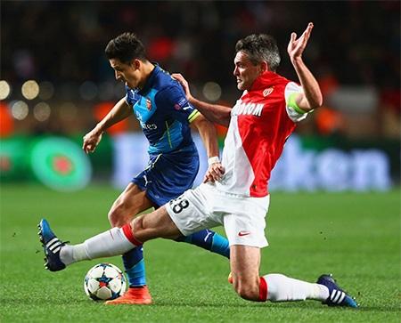 Toulalan ngăn chặn pha đi bóng của Sanchez