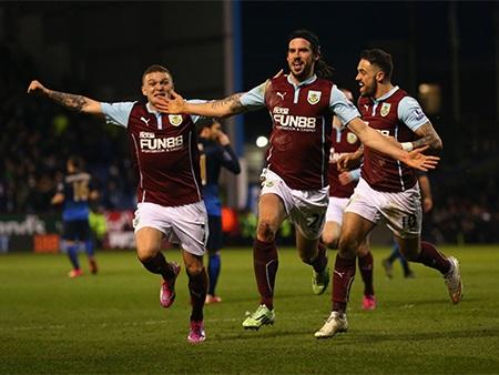 Các cầu thủ Burnley ăn mừng bàn mở tỉ số