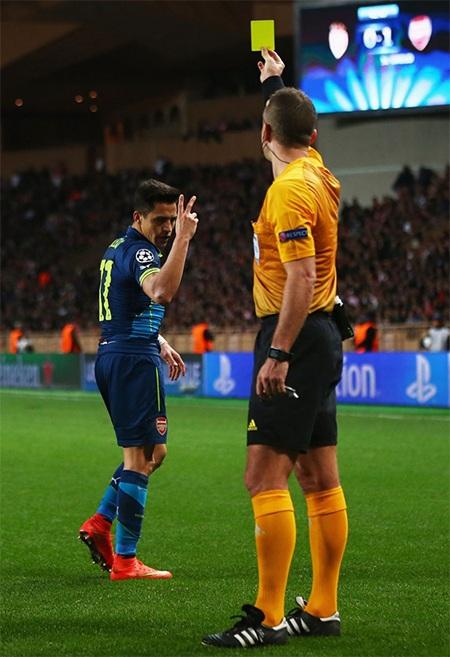 Trọng tài phạt thẻ vàng vì cho rằng Sanchez ngã vờ, nhưng quyết định đó là sai lầm
