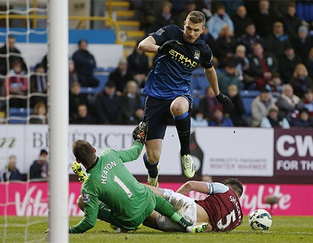 Thủ thành Heaton đã thi đấu chắc chắn để ngăn chặn các pha dứt điểm của đối thủ